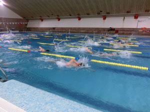 ninos-triatletas-piscina