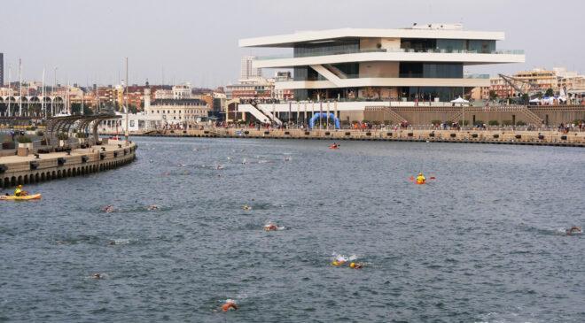La Marina de Valencia recibe a más de 1400 triatletas populares.
