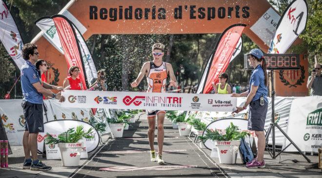 Sandra Piera y Adrián Añó vencen en el IV Infinitri Sprint Triathlon de Vila-real.