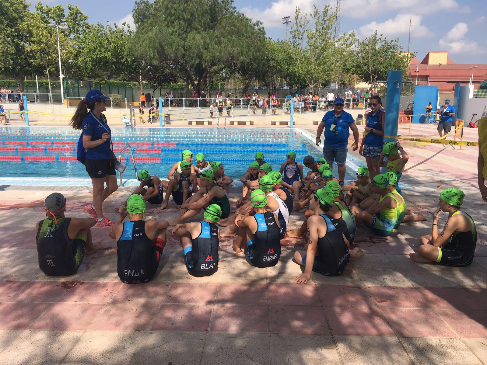 M s de un centenar de escolares compitieron en el triatl n for Piscina municipal manises