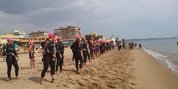 300 triatletas se suman al III Triatló Platja de Tavernes de la Valldigna